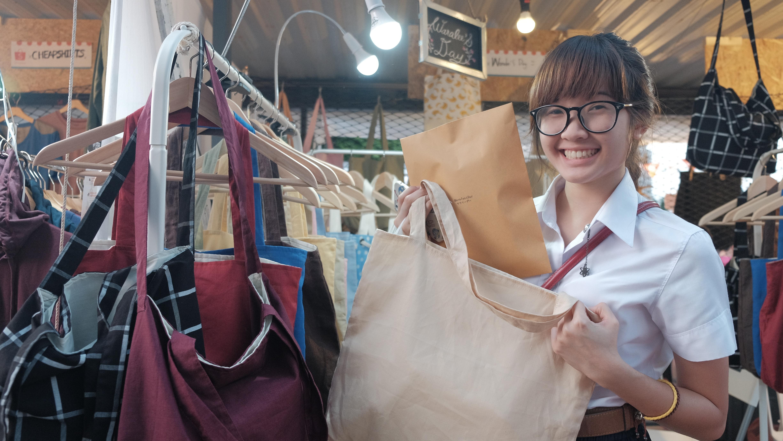 กระเป๋าผ้าลินินสีใหม่ๆๆๆๆ ใครทายถูกบ้างว่าสีอารายยยยย^^ ใบนี้สีข้าวโอ๊ตค่า สีอบอุ่นเบาๆ เข้าได้กับเสื้อผ้าทุกโทนสี สีพื้นฐานต้องมีน้าาาา:) ขอบคุณนะคะ แล้วมาอุดหนุนใหม่ๆ🙏🏻🙏🏻🙏🏻.